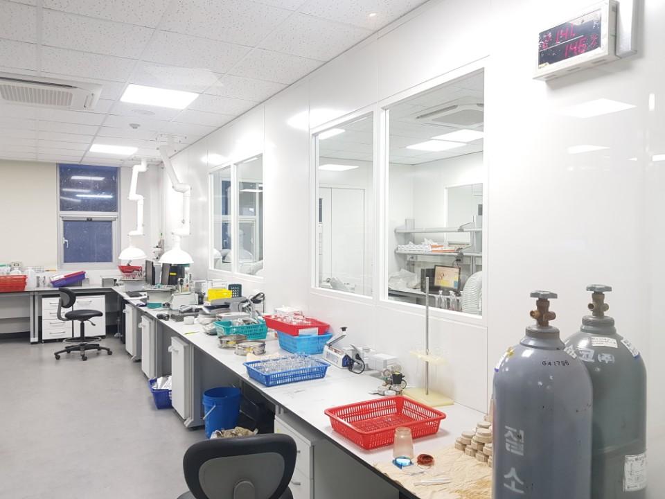 24. 실험실 테이블 2